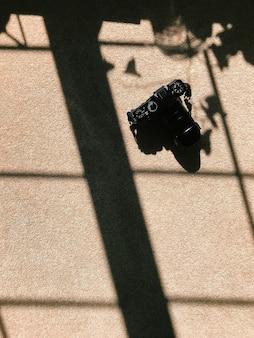 La lumière du matin traverse une fenêtre et crée une ombre sur le sol caméra au sol