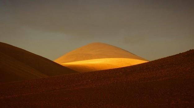La lumière du soleil andes, montagne, colline de sable doré de dessert