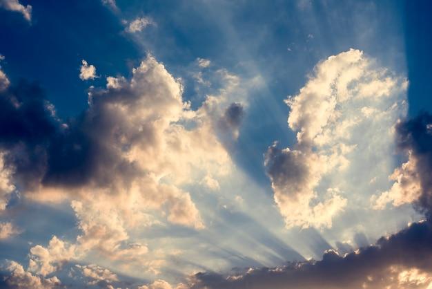 Lumière du soleil avec ciel bleu nuageux scène beauytiful
