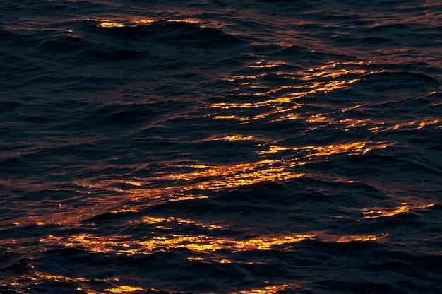 Lumière du soleil sur la surface de l'eau au coucher du soleil, île isabela, îles galapagos, équateur