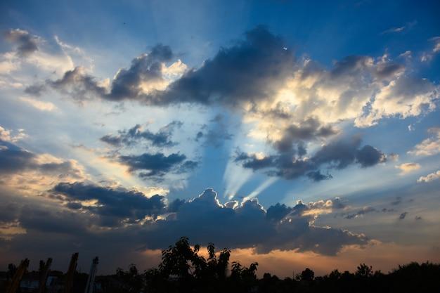 La lumière du soleil tombe avec cloud. la lumière du soleil le bleu change de couleur.