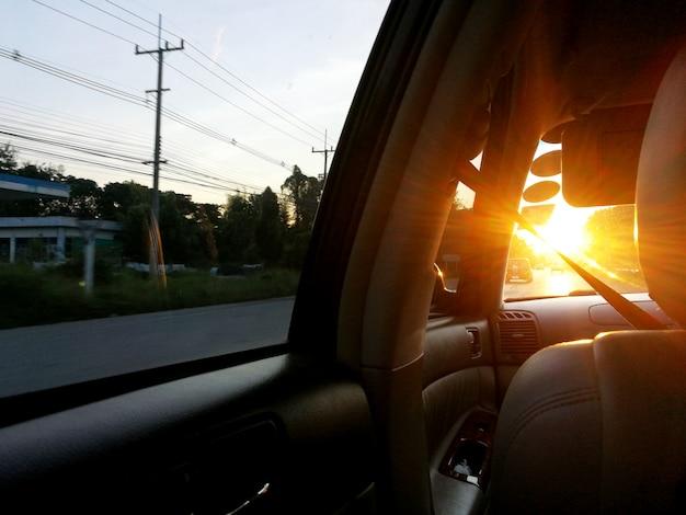 La lumière du soleil à travers le pare-brise en voiture dans la soirée