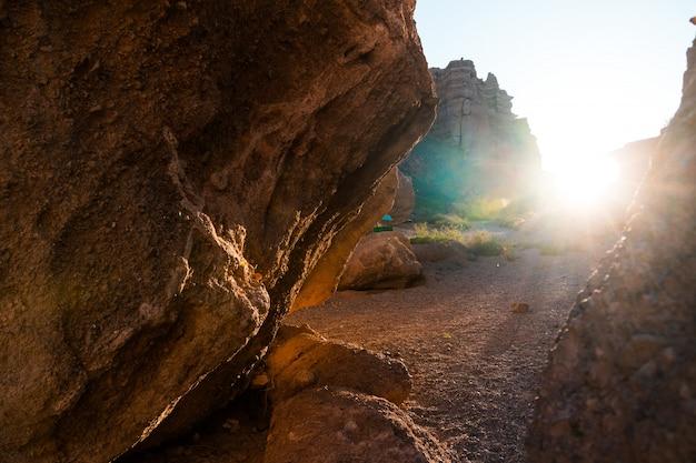 La lumière du soleil à travers un trou de grotte