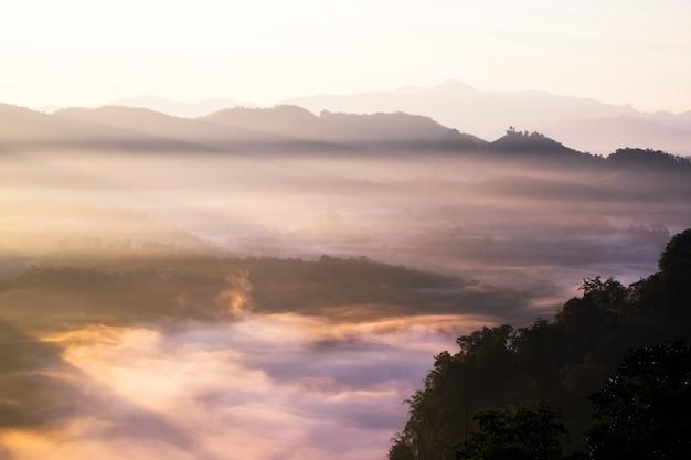 La lumière du soleil sur la vallée brumeuse au matin, baan jabo, mae hong son, thaïlande