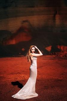 Lumière dure la jeune fille tient une main dans son visage portrait d'un modèle de mariée dans une soirée de noces d'or