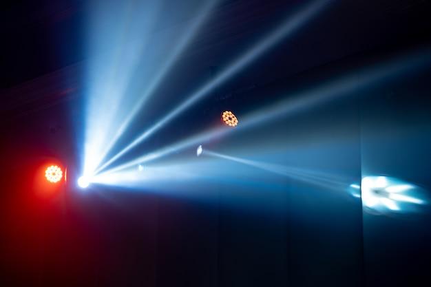Lumière de faisceau à la salle de fête intérieure, la lumière blanche est belle