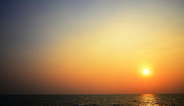 Lumière floue de bokeh sur la mer