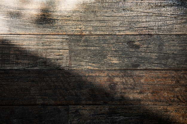 Lumière sur un fond texturé de planche de bois patiné