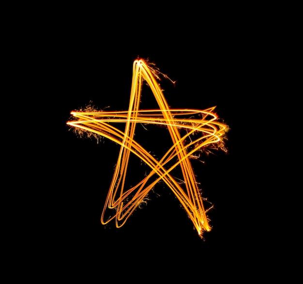 Lumière de forme d'étoile d'or sparkler peint pendant la nuit