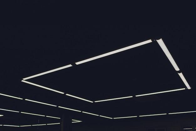 Lumière moderne intérieure dans le plafond futuriste du centre commercial avec éclairage.