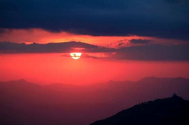 Lumière orange du coucher de soleil sur la montagne