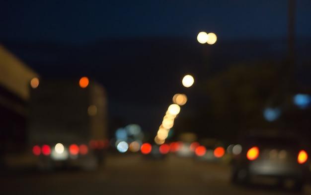 Lumière de photo floue de la voiture de la circulation dans la rue de la ville, abstrait flou fond bokeh