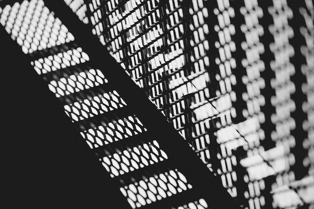 Lumière de photographie en noir et blanc et ombre de l'ombre de l'art abstrait de texture de modèle de barrière en métal pour la décoration.