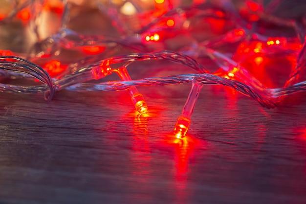 Lumière rouge de noël sur table en bois