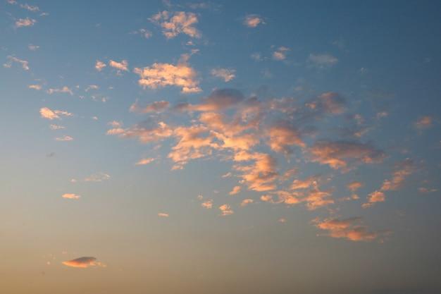 Lumière rouge et orange sur les nuages avant le coucher du soleil sur la mer en thaïlande