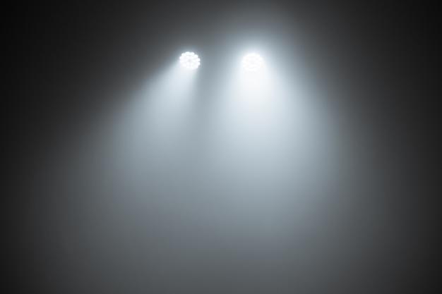 Lumière de la scène, coup de projecteur dans l'obscurité, effets de lumière de la scène spotlights, spectacle de lumière à