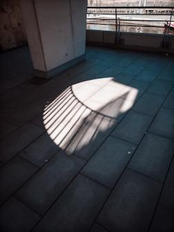 Lumière à travers la fenêtre sur le trottoir
