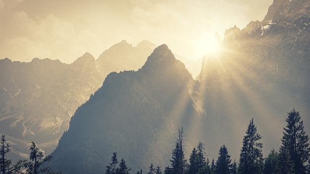 Lumière à travers les montagnes