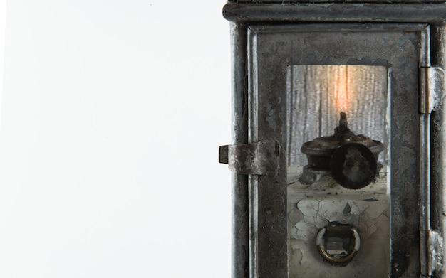 La lumière de la vieille lampe brille sur le fond blanc