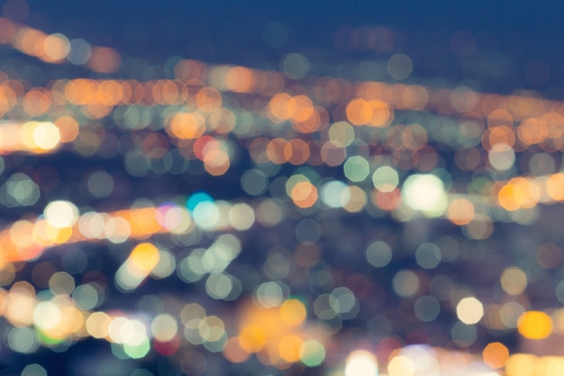 Lumière de ville défocalisée abstraite la nuit pour le fond