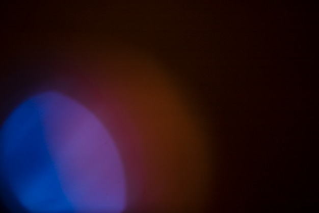 Lumière vive sur fond noir