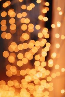 Lumières abstraites de bokeh avec des lumières douces de guirlande de fond sur un fond noir