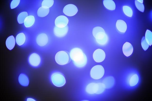 Lumières bleues fond de bokeh de nuit défocalisé.