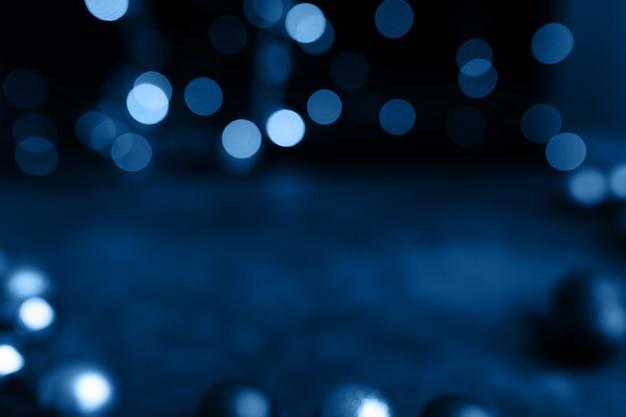 Lumières de bokeh abstrait bleu classique sur fond sombre