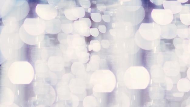 Lumières de bokeh argentées et blanches défocalisées. abstrait