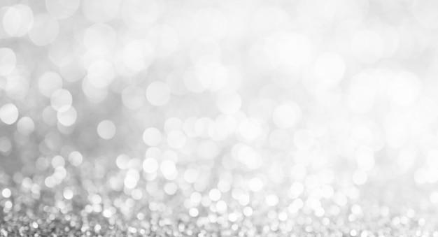 Lumières de bokeh argentées et blanches défocalisées. fond abstrait, format panorama large page fan.