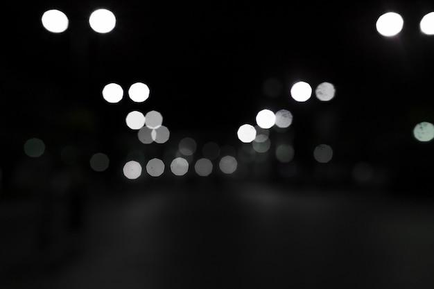 Lumières de bokeh blanc sur fond noir