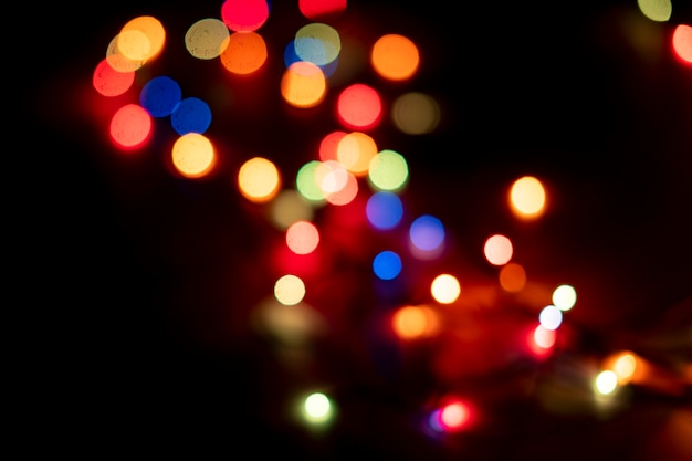 Les lumières bokeh colorées abstraites de guirlande sur la célébration de la fête