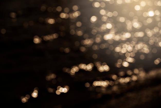 Lumières de bokeh défocalisés brillants sur fond marron