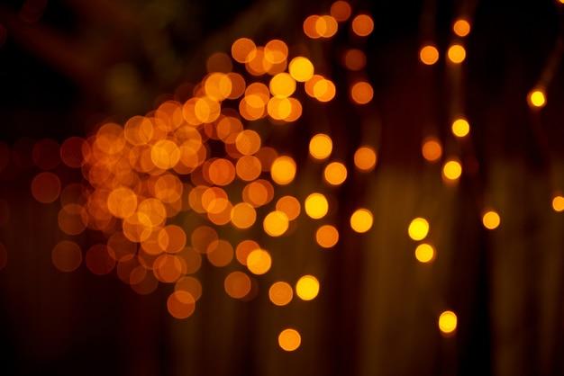 Lumières de bokeh défocalisés sur fond sombre.