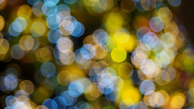 Lumières de bokeh floues colorées dans la nuit.