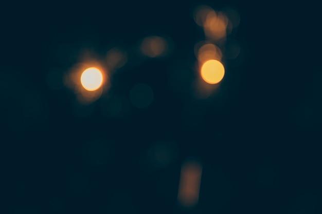 Lumières de bokeh floues sur fond noir