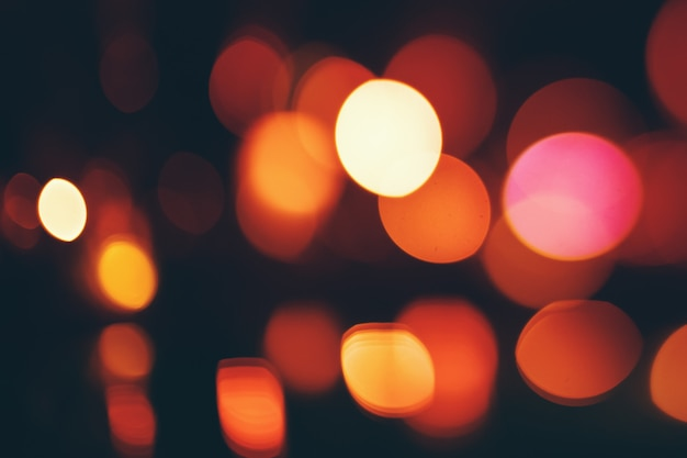 Lumières bokeh sur fond sombre