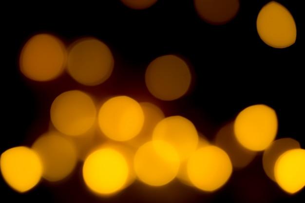 Lumières de bokeh lumineux jaune orange. beau fond de noël.