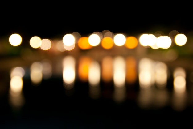 Lumières bokeh sur la rivière