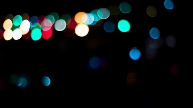 Lumières colorées floues dans l'obscurité