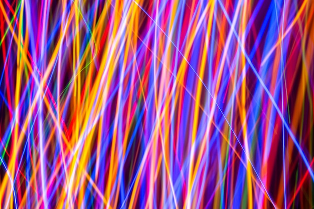Lumières colorées sur la longue exposition avec fond de mouvement, lignes colorées rougeoyantes abstraites, obturateur à vitesse lente