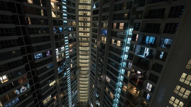 Lumières dans la maison à plusieurs étages la nuit, kuala lumpur