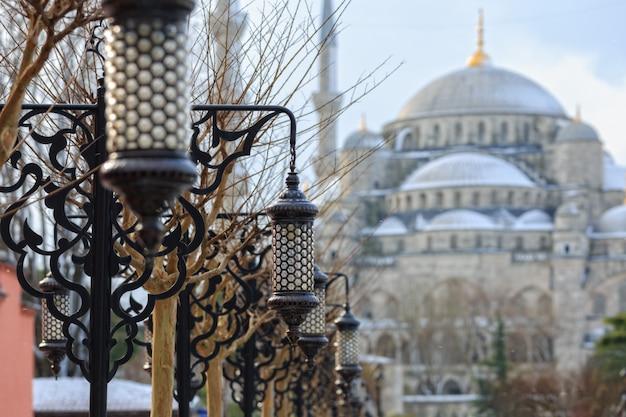 Lumières décoratives sur l'allée de la mosquée bleue