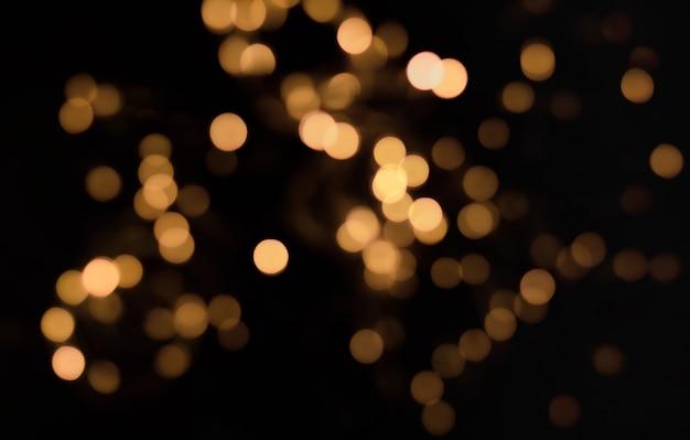 Lumières de défocalisation or sur fond noir