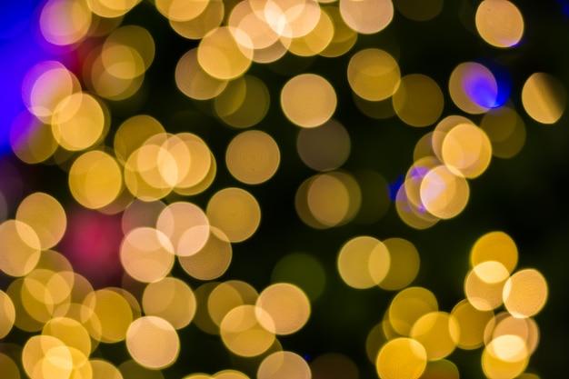 Lumières défocalisés d'arrière-plan de l'arbre de noël doré
