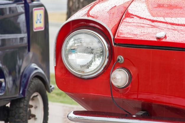 Lumières devant une voiture vintage avec une sphère unique.