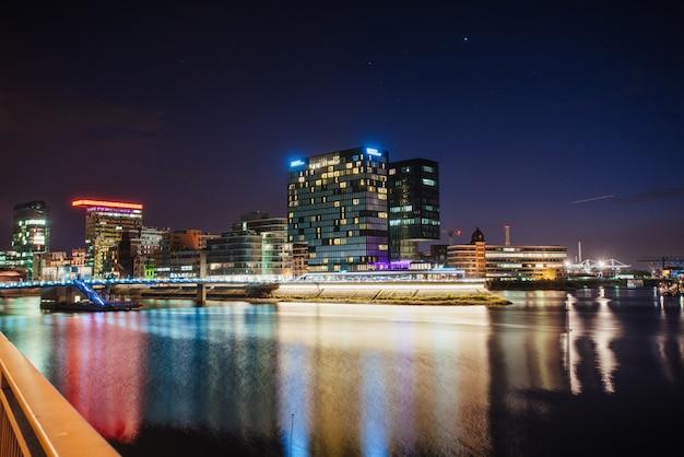 Lumières du soir dans la ville moderne