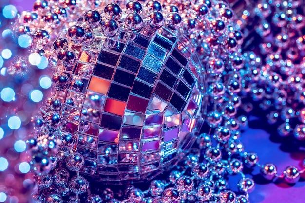 Les lumières de fête disco ball se bouchent. concept disco