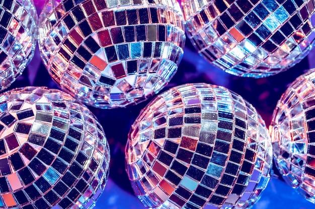 Les lumières de fête disco ball se bouchent. disco