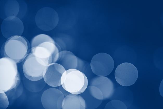 Lumières floues sur bleu classique